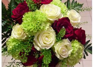 Categorie Sous catégorie 1 Bouquet rond de roses blanches gros boutons dans un écrin de feuillage.